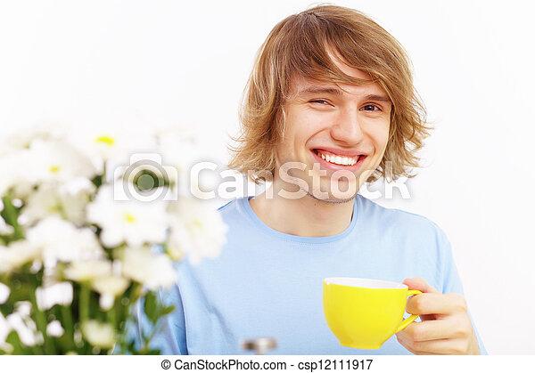 Joven feliz bebiendo té - csp12111917