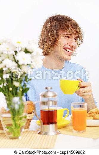 Joven feliz bebiendo té - csp14569982