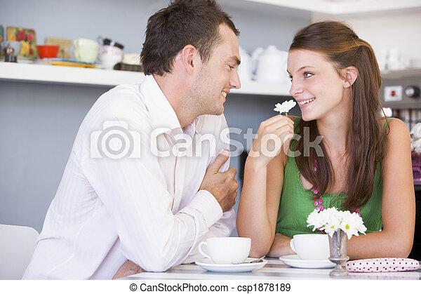 Una pareja joven disfrutando el té juntos - csp1878189