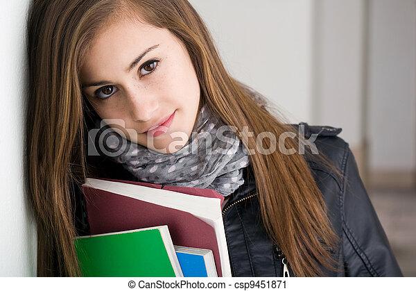 Una estudiante tímida y morena. - csp9451871