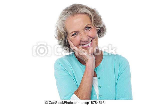 Mujer sonriente tímida y educada - csp15784513