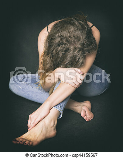 Chica tímida en la esquina llora - csp44159567