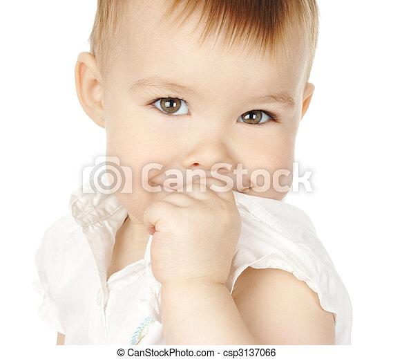 Una niña tímida gira y sonríe - csp3137066