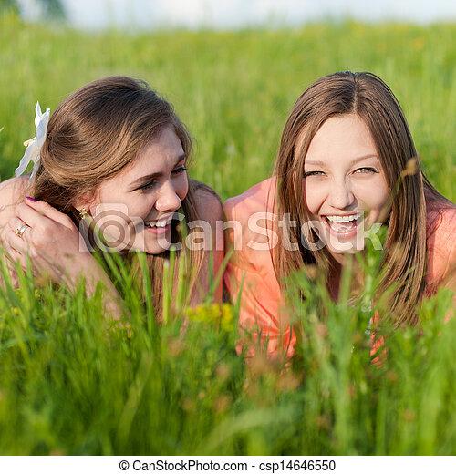 tízenéves kor, két, zöld, nevető, leány, fű, barátok - csp14646550