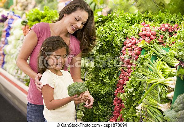 Mutter und Tochter kaufen frisches Gemüse - csp1878094