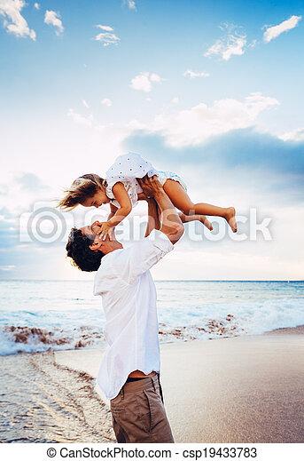 töchterchen, gesunde, vater, zusammen, sonnenuntergang, spaß, lebensstil, lächeln, mögen, sandstrand, spielende , glücklich - csp19433783