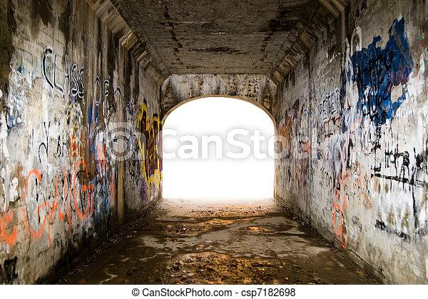 Túnel con graffiti - csp7182698