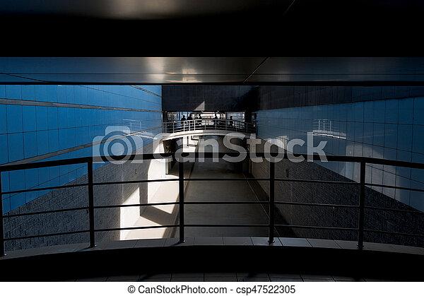Gente en el cruce peatonal en el túnel - csp47522305