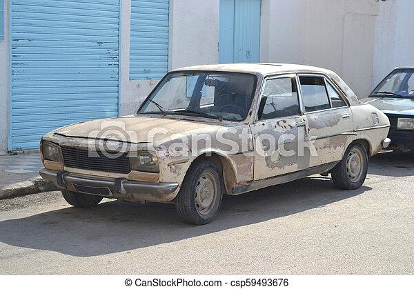 Un coche viejo en Túnez - csp59493676