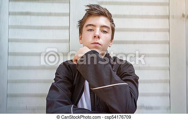 tür, sitzen, junger, front, porträt, mann - csp54176709