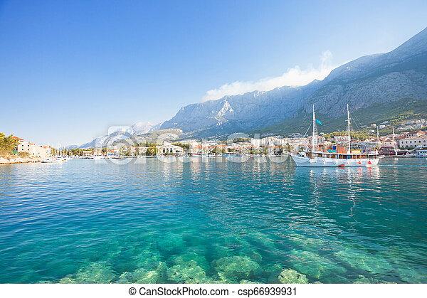 Makarska, dalmatien, croatia - türkises Wasser am wunderschönen Strand von Makarska - csp66939931