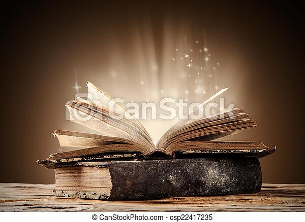 Libros viejos en una mesa de madera - csp22417235