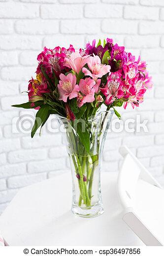 Vaso lleno de flores coloridas en la mesa - csp36497856