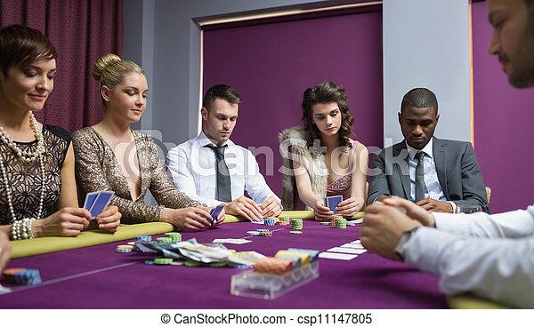 Gente en la mesa de póquer - csp11147805