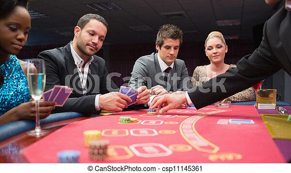 Gente jugando al póquer en la mesa - csp11145361