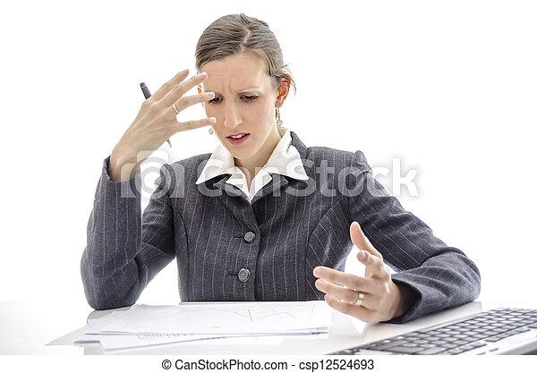 Mujer frustrada en la mesa de la oficina - csp12524693