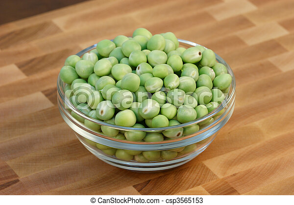 Alubias verdes en la tabla de cortar - csp3565153