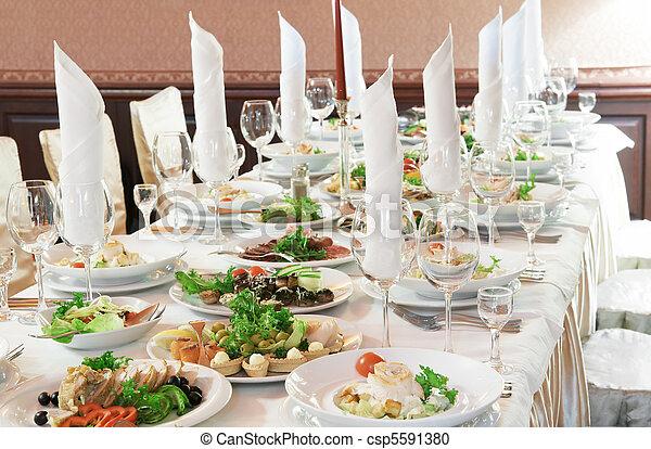 Una mesa de catering cerrada - csp5591380