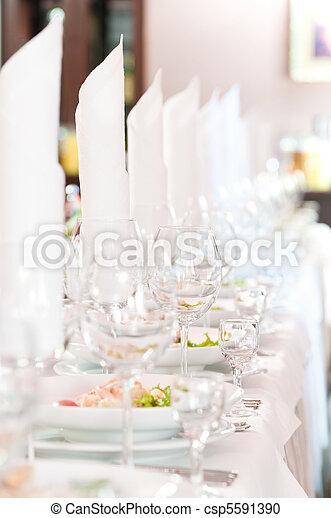 Una mesa de catering cerrada - csp5591390