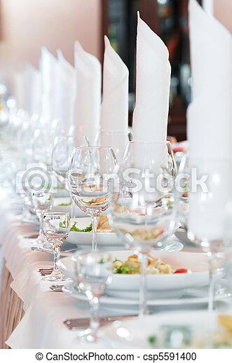 Una mesa de catering cerrada - csp5591400