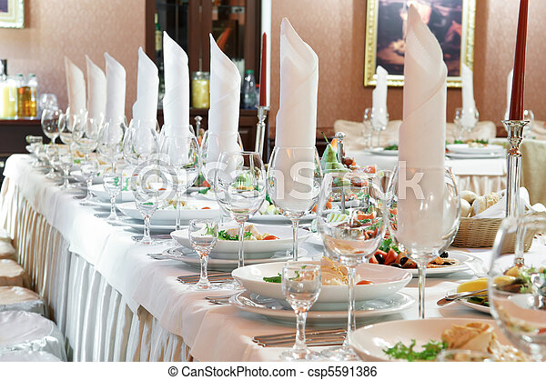 Una mesa de catering cerrada - csp5591386