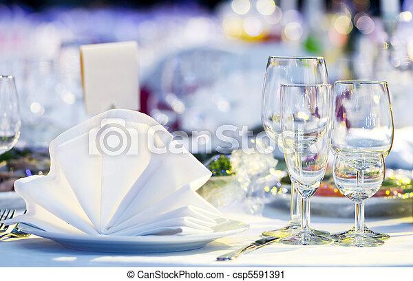 Una mesa de catering cerrada - csp5591391