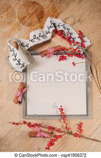 Otoño y pasado de Navidad con inscripción en la pizarra de carteles, cinamon, rollo de cinta de regalo en tablas de madera. - csp41856372