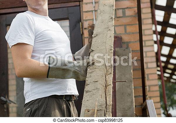 tablas, desmantelar, quita, trabajador, viejo, roof. - csp83998125