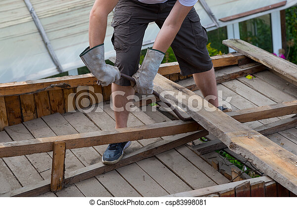 tablas, desmantelar, quita, trabajador, viejo, roof. - csp83998081