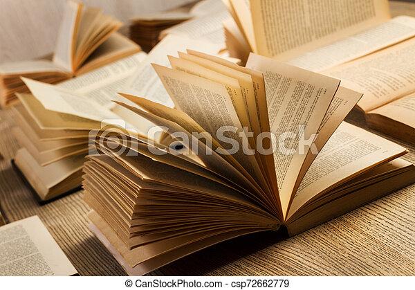 table bois, livres - csp72662779
