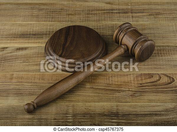 table bois, marteau - csp45767375