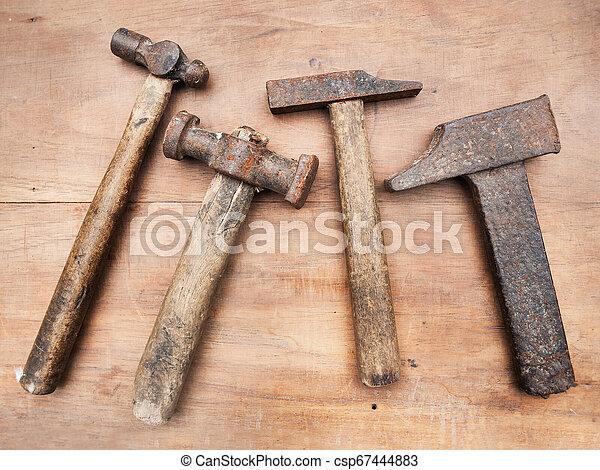table bois, marteaux, vieux - csp67444883