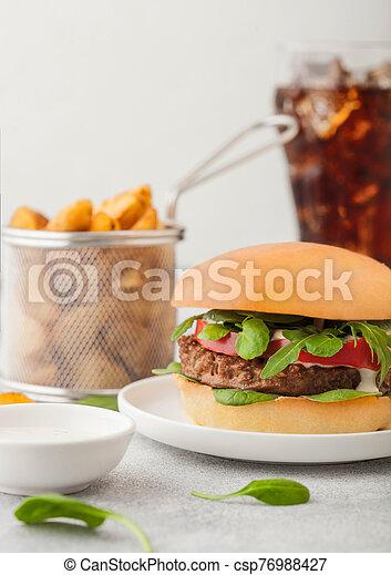 table, végétarien, lumière, coins, cola., sain, céramique, hamburger, viande, légumes, plaque, gratuite, fond, rond, pomme terre, verre - csp76988427