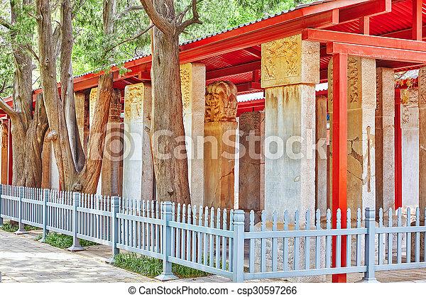 Una tablilla de piedra dentro del templo confucio en Beijing, el segundo templo confucio más grande de China. - csp30597266