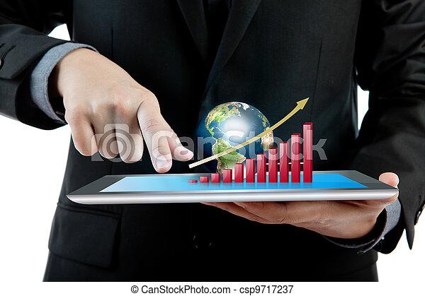 Hombre de negocios sosteniendo la moderna tablilla digital PC con la gráfica de crecimiento del éxito y la tierra - csp9717237