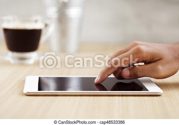 Tocar el dedo de enfoque selectivo en la tableta digital - csp48533386