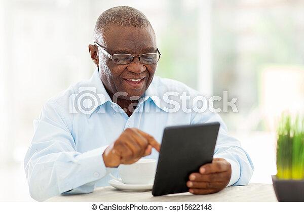 tablette, américain africain, informatique, utilisation, maison, homme aîné - csp15622148