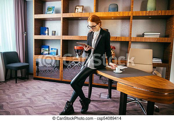 tablette, arbeitende , geschäftsfrau, büro., attraktive, digital - csp54089414