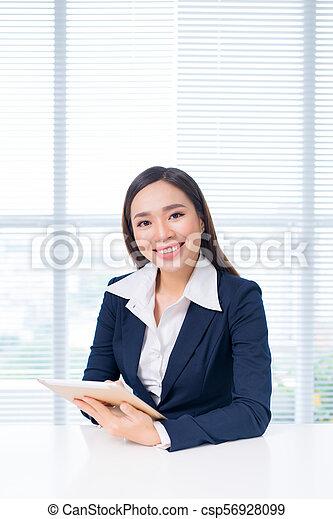 tablette, arbeitende , geschäftsfrau, büro., attraktive, digital, asiatisch - csp56928099
