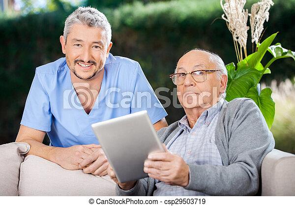 tablette, gardien, tenue, numérique, mâle aîné, homme - csp29503719