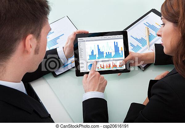 tablette, geschäftsmenschen, aus, schaubilder, digital, besprechen - csp20616191