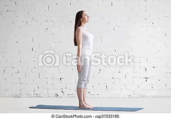 hermosa joven deportista haciendo pose de tadasana en un