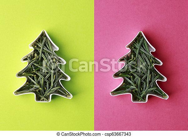Weihnachtsbaum-Konzept aus Tannenzweigen in Form eines Kuchens - csp63667343