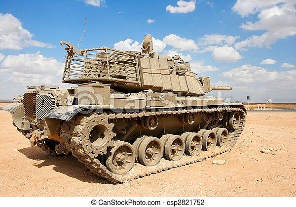 El viejo tanque israelí Magach cerca de la base militar del desierto - csp2821752