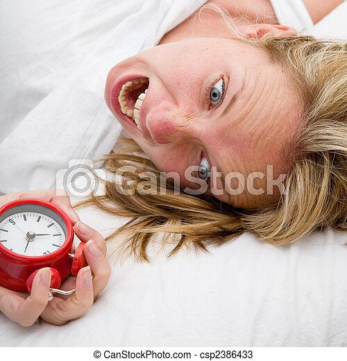 Mujer despertándose tarde - csp2386433