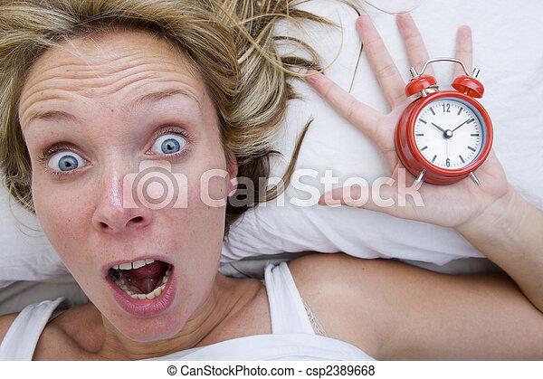 Mujer despertándose tarde - csp2389668