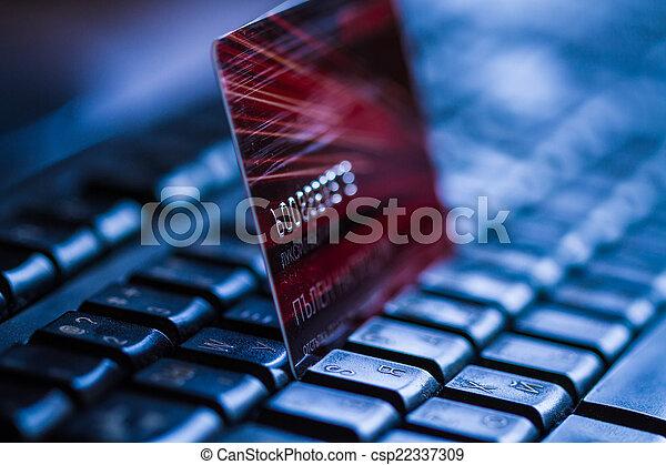Tarjeta de crédito en el teclado - csp22337309