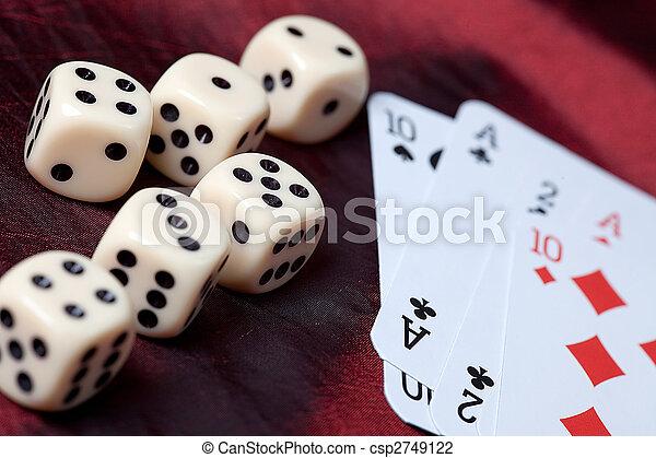 Jugando a las cartas y a los dados - csp2749122