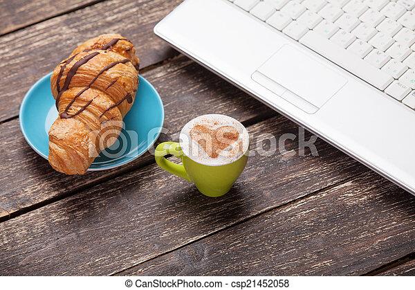 tasse caf bois croissant ordinateur portable table. Black Bedroom Furniture Sets. Home Design Ideas