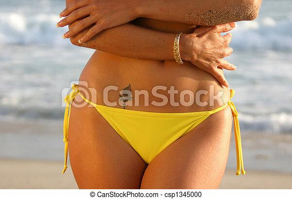 tatuagem, mulher, rosa, amarela, biquíni, praia., midriff - csp1345000